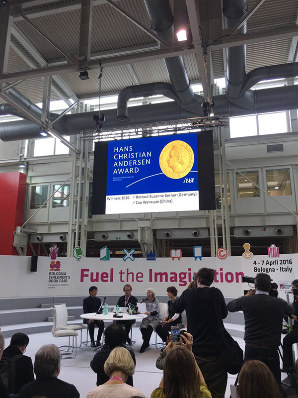 4月4日,在意大利博洛尼亚童书展上举行的2016年国际安徒生奖奖项宣布现场,中国儿童文学作家曹文轩(左一)在台上就坐。 张昀韬 供图